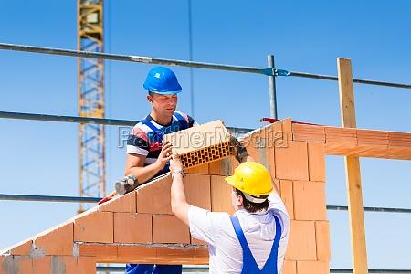 due operai edili in un cantiere