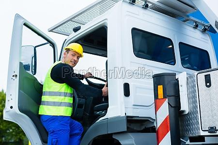 lautista di gru guida il camion