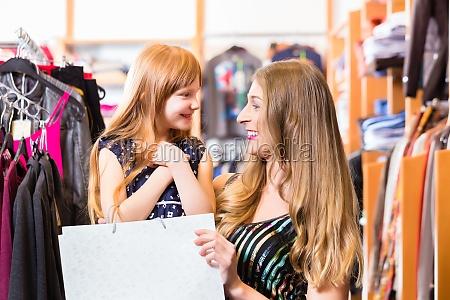 acquisto della famiglia per i vestiti