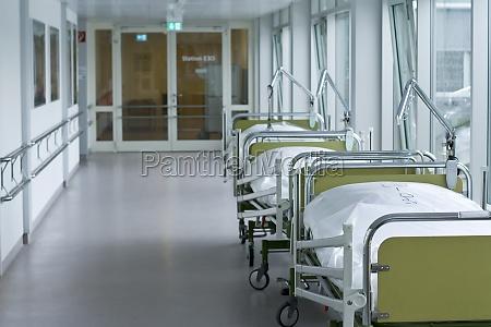 corridoio dellospedale con letti