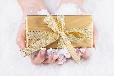 la donna tiene un regalo di