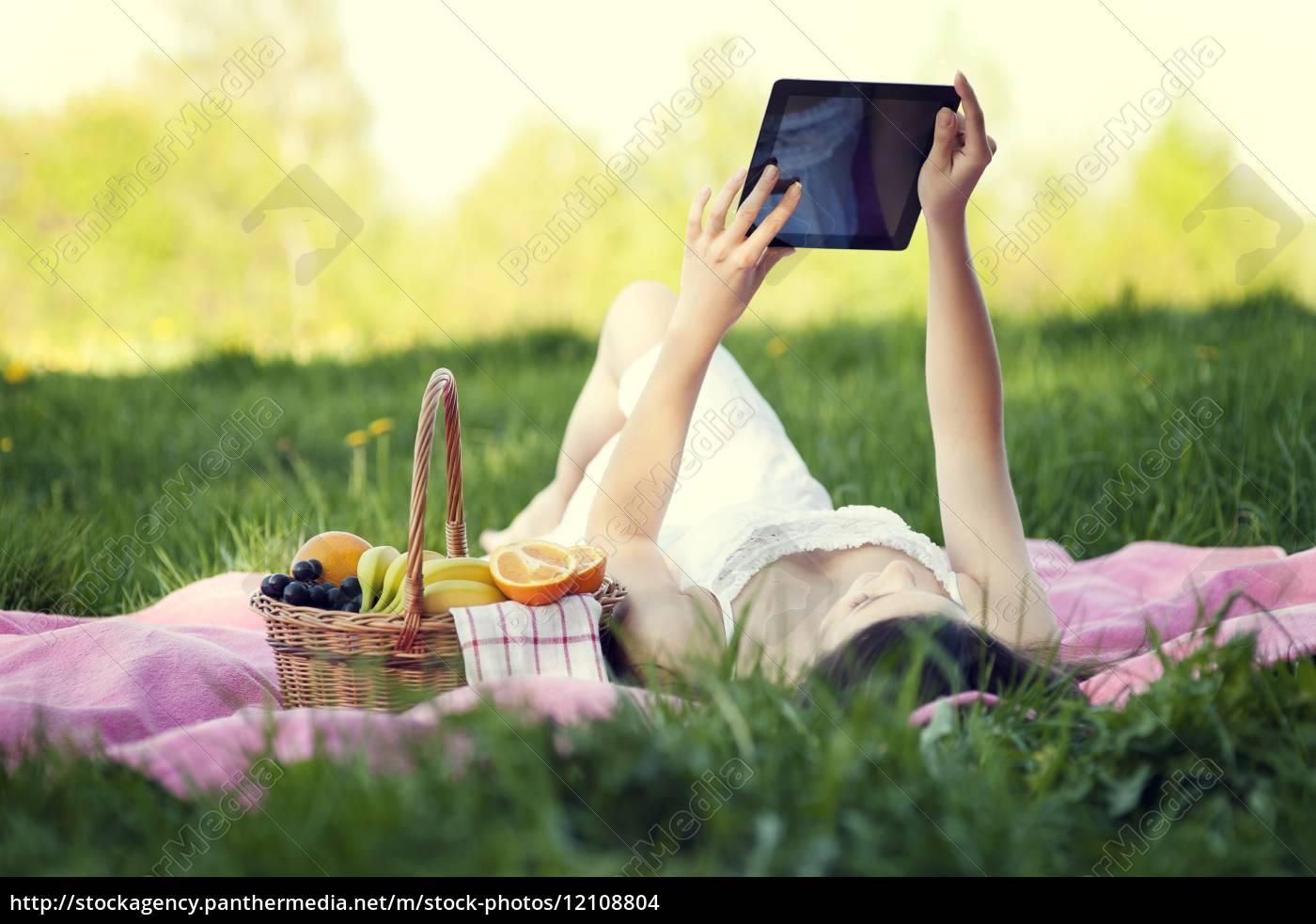 giovane, donna, che, usa, tablet, digitale - 12108804