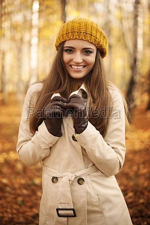ritratto, di, donna, sorridente, in, autunno - 12109948