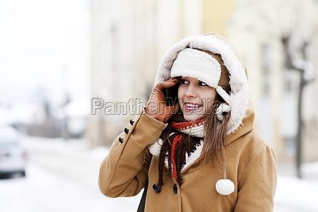 giovane, donna, che, parla, al, telefono - 12110084