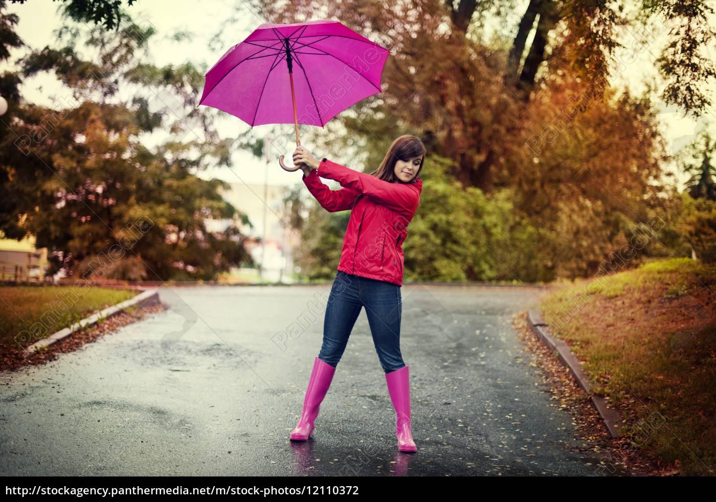 giovane, donna, che, tiene, ombrello, rosa - 12110372