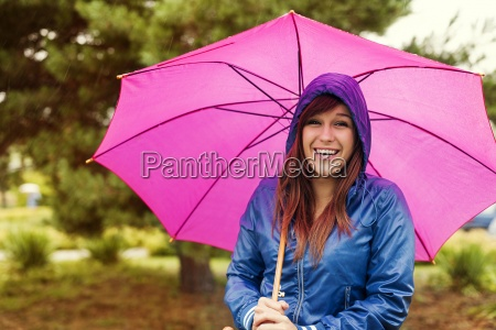 ritratto, di, donna, felice, con, ombrello - 12110384