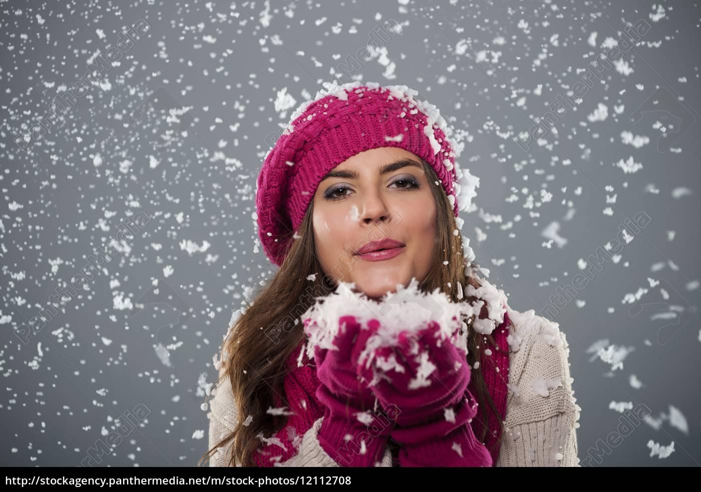 bella, giovane, donna, che, soffia, neve - 12112708