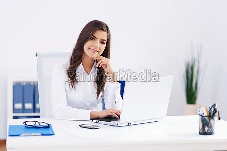 bella, donna, che, lavora, in, ufficio - 12113608