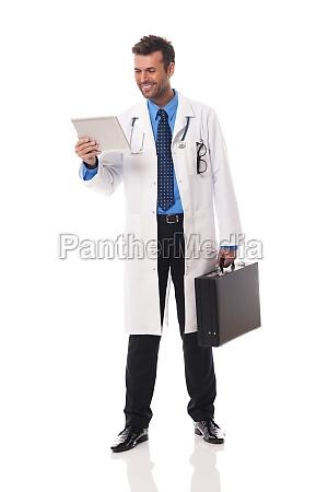 medico, sorridente, che, controlla, qualcosa, sul - 12115752