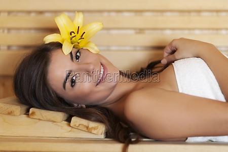 bella, donna, sdraiata, in, sauna, - 12117874