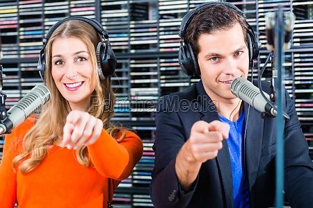 presentatori radio in stazioni radio on