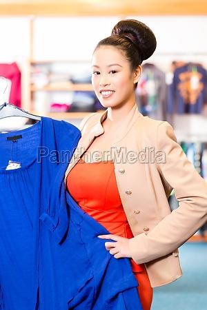 donna moda negozio comperare acquistare selezionare