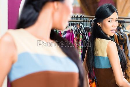 shopping donna asiatica in negozio di