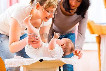 donna bambino neonato lattante mamma madre