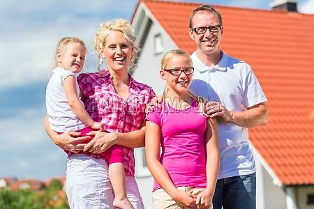 famiglia si erge davanti alla casa