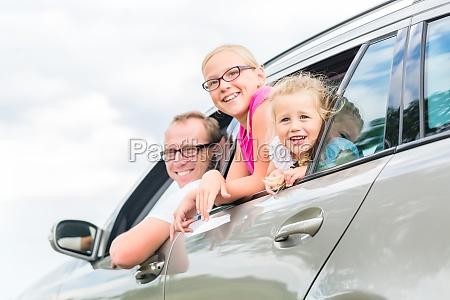 famiglia viaggia in auto durante le