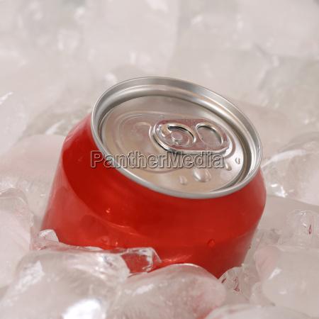 bevanda di coca in lattina su