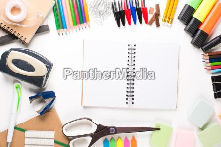 attrezzature scolastiche con notebook