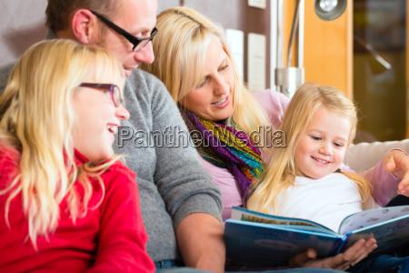 leggere la famiglia ad alta voce
