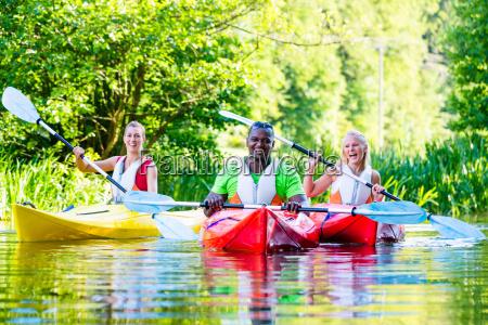 amici guidare in un kayak sul