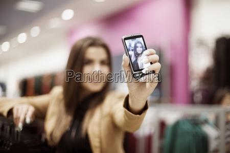 donna che cattura la foto dellautoritratto