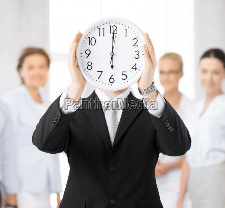 uomo con orologio da muro