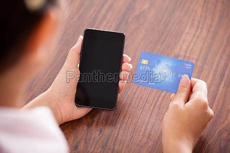 donna telefono pagare negozio comperare pagamento