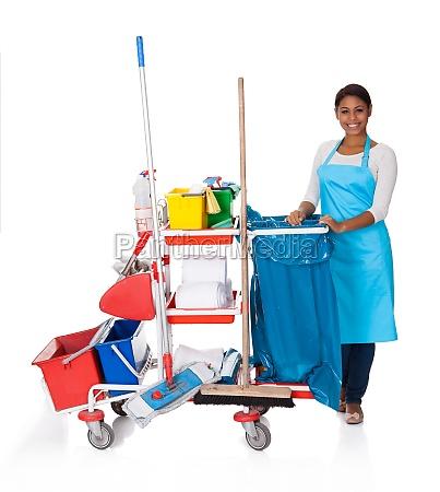pulitore femminile con macchine per la