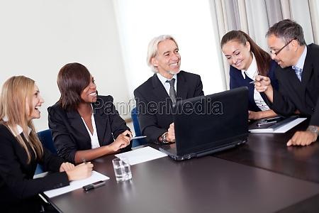 felice business manager maturo con il