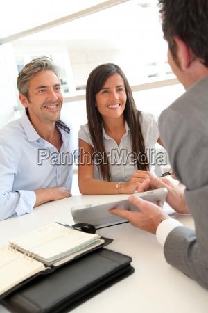 agente immobiliare che mostra i piani
