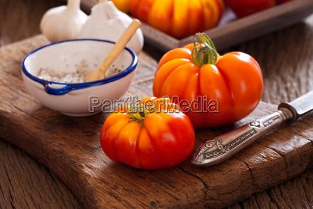 pomodori di carne con coltello e