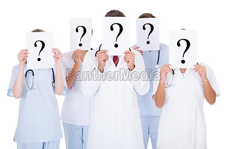 gruppo di medici con segno di