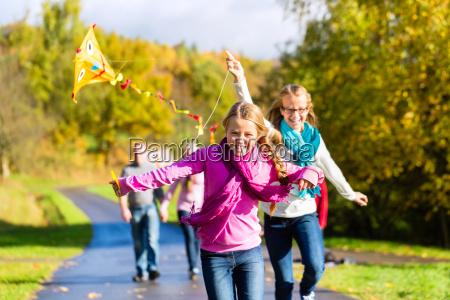 famiglia in autunno passeggiata nel bosco