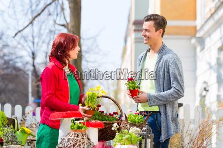 il cliente compra fiore al mercato