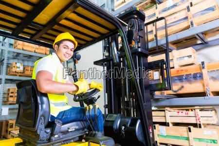 azionamento asiatico del carrello elevatore portautensili
