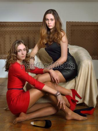 due belle donne in un interno