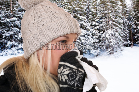 giovane donna con fazzoletto e malato