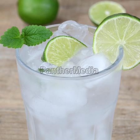 acqua o acqua minerale bevanda con