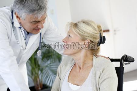 ritratto del chirurgo che parla con