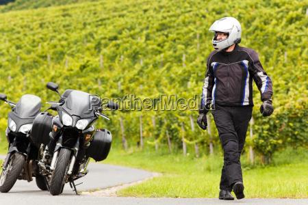 motociclista con un casco va sulla