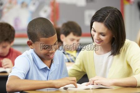 insegnante di lettura con il maschio