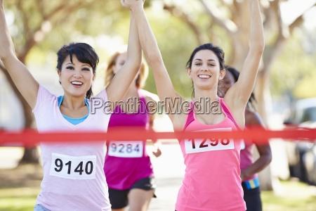 due runnerfemminili che terminano gara insieme