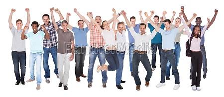 grande gruppo di uomini daffari eccitati