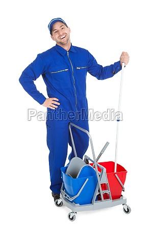 cleaner sicuro che mostra pollici in