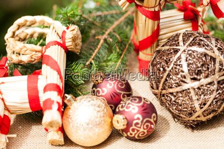 decorazione per natale con palline rosso