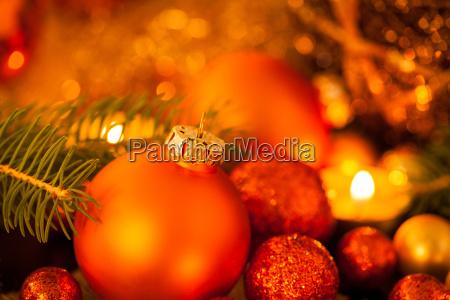 decorazioni natalizie calde dorate e arancioni