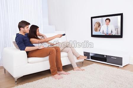 coppia guardando la tv in salotto