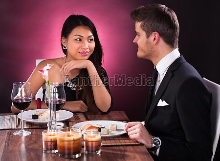 coppie che hanno pasto nel ristorante