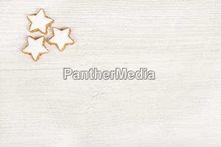 sfondo in legno bianco con biscotti