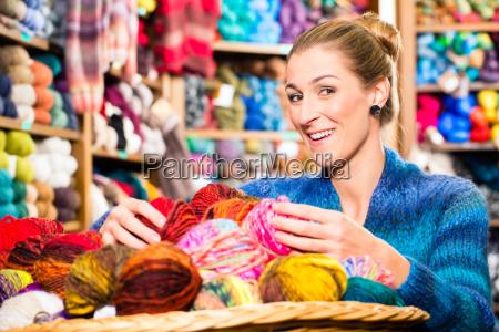 giovane donna in secca negozio di